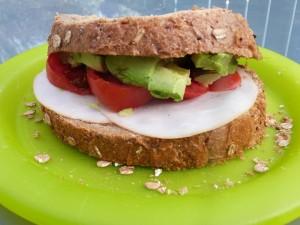 Speltbrood met kipfilet, avocado en tomaat
